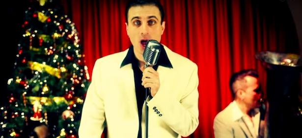 """Antonio Sorgentone nella sua irriverente versione di """"White Christmas"""""""