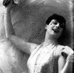 In principio soprano e attrice d'operetta, negli anni '30 Nanda Primavera passò con successo al varietà.