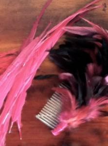 Capricapo con piume di struzzo e pettinino creato da Little Lady Burlesque