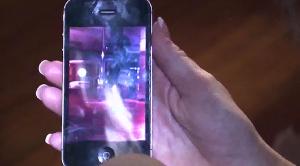 Wendy Reardon mostra un video ripreso con il suo smartphone in cui si nota un globo di luce in movimento (cliccando sull'immagine potete vedere l'intera intervista)