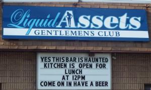 L'esplicito cartello all'ingresso del Liquid Assets