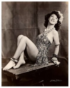 La burlesque performer Ann Corio in stile exotica