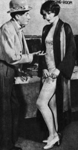 """Barbara Stanwyck in una foto di scena della commedia teatrale """"Burlesque""""(1927)."""