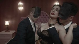 Dita von Teese nel video di Disintegration dei Monarchy