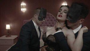 Dita von Teese nel video di Disintegration dei Monarchy