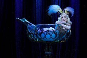 Dita von Teese nella coppa di champagne