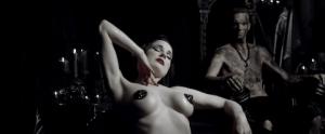 Dita von Teese nel video Ugly Boy degli Die Antwoord