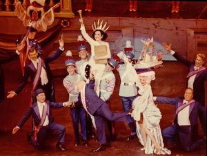 Mickey Rooney e Ann Miller in Sugar Babies: The Burlesque Musical