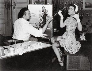 Gil Elvgren posiziona la modella Myrna Hansen con un bastone apposito.