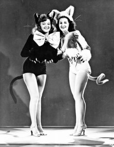 "Due ballerine del cast del film ""The Lady of Burlesque"" (1943)"